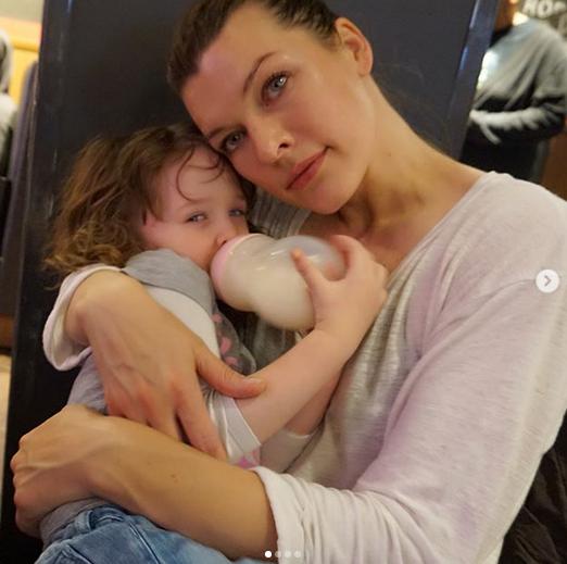 Милла Йовович поделилась нежным фото с младшей дочерью