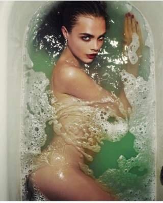 Кара Делевинь показала, как она принимает ванну