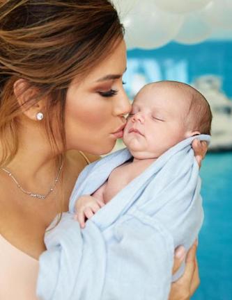 Ева Лонгория засыпала свой Instagram мимишными фото с сыном