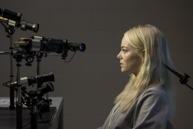 Джона Хилл и Эмма Стоун на кадрах из сериала «Маньяк»