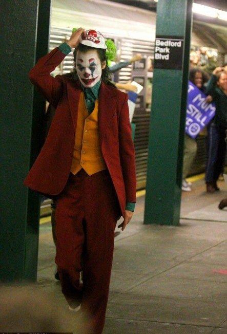 Хоакин Феникс и бунтующий Готэм на съёмках «Джокера»